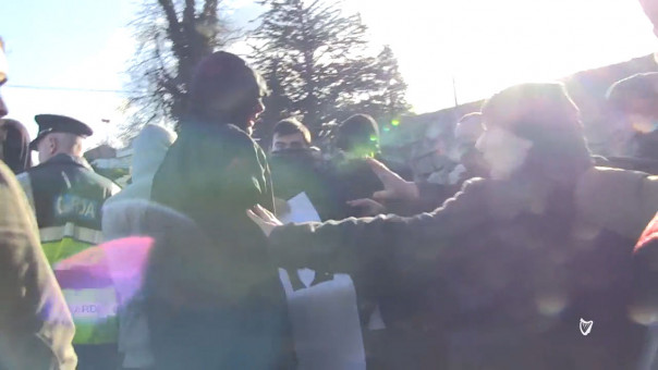 VIDEO  Irish Muslims offer dates and tea to anti Islam protesters Irish Independent